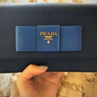 Prada 可當clutch 或則孭袋用 約20 cm 可放電話銀包 裏面有卡片位置 100%real 95%new 連盒連塵袋