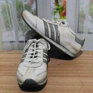 Sepatu adidaz
