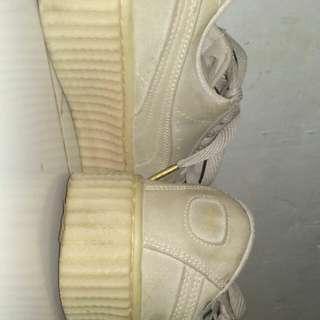 sepatu puma fenty by rihanna ori. warna abu. maaf kalo agak kotor soalnya ditaroh di rak sepatu trs tp bener2 gaperna dipake karna kekecilan. minus kardus