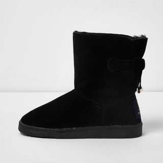 Black boots inner lined with fur Size US 8