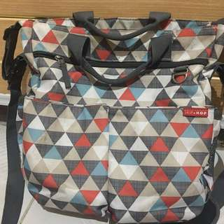 Tas skiphop duo signature diaper bag motif triangles