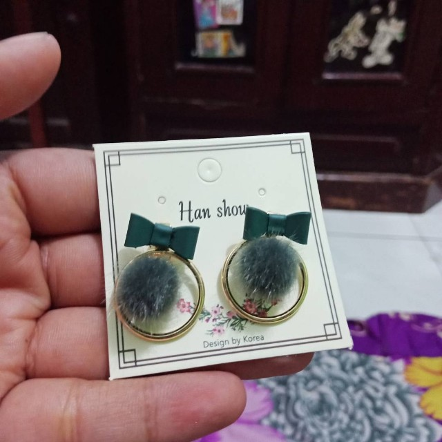 Anting pom suede