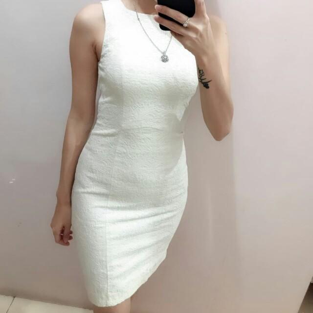 White dress bermerk cuma lupa merk apa.. harus bongkar koper lagi