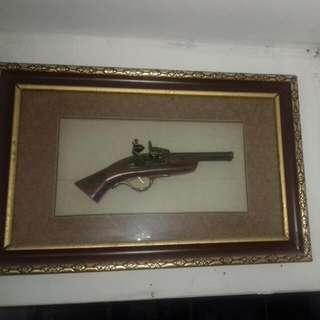 Replika Pistol VOC dlm Pajangan Bingkai Eksklusif