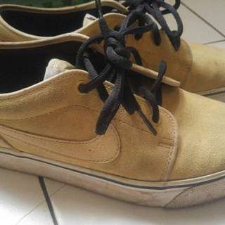 Nike toki low gold rush