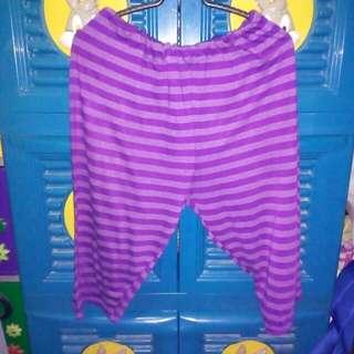 Celana pendek ungu bergaris