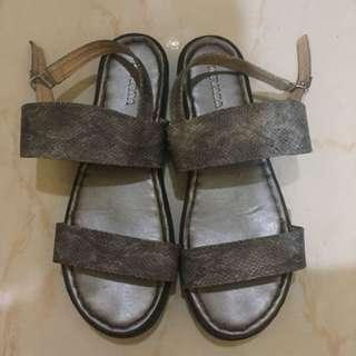 Sepatu sendal nevada