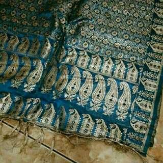 Selendang Songket Khas MINANGKABAU, warna Biru Electric, benang Emas, lebar 54cm,Panjang 162cm. Cuma 1x pakai.