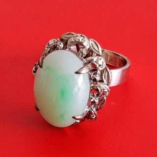 18k WHITE GOLD RING SET WITH GREEN/WHITE JADE