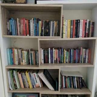 Rak Buku Bisa Dijadikan Tempat Pajangan Partisi Ruangan