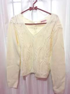 Sweater putih gading