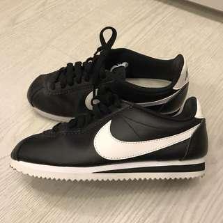 只穿過一次 / Nike黑色皮革休閒鞋