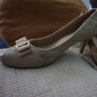 Sepatu preloved cream size 40
