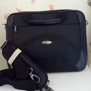 NBU (never been used).  Tas laptop Samsonite, muat untuk laptop hingga 14 inch.  Very very good condition. Strap masih terikat.  Ring besi dan plat merk masih mengkilat.  Bisa diselipkan ke gagang koper.