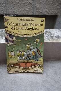 Selama Kita Tersesat di Luar Angkasa by Maggie Tiojakin
