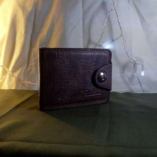 Dompet pria levis kancing