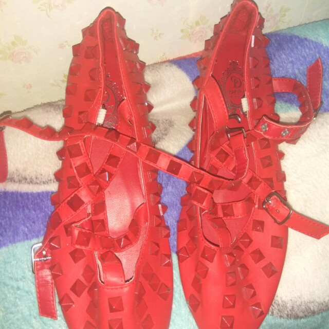 Valentino studed red