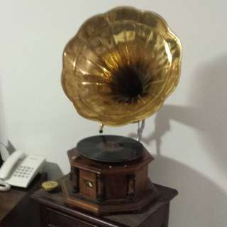 Antique Gramophone with record - working