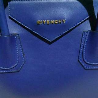 Tas Givenchy  Warna : biru Ada tali panjang Uk. 27×13×25  Kondisi tas masih bagus (no cacat) baru di pakai 2x.  Harga beli : 250rb