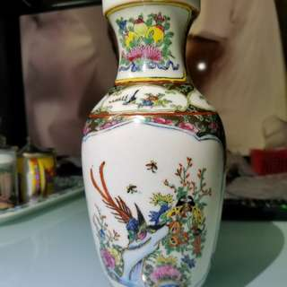 中國廣彩 小花瓶22厘米高,底部有凹痕(見圖) 但平放了在枱上,不太察覺,只限沙田廣源邨交收