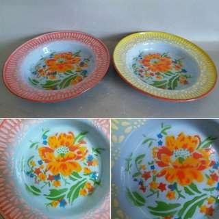 搪瓷盘子一對(花紋有點不同)  搪瓷(táng cí),又稱琺瑯。(1918~1956年,琺瑯與搪瓷同義合用。)將無機玻璃質材料熔融,凝於胎體金屬上,經過制釉、塗搪、燒制等工序,就成了內里堅硬、表面光澤的搪瓷。厚厚的瓷釉隔絕了空氣,金屬就有了防鏽的保護層,瓷釉包裹的金屬已經隱藏起冷艷,剩下瓷的潤澤  原文網址:https://kknews.cc/zh-hk/culture/68l2r3.html