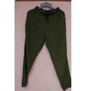 Celana hijau army