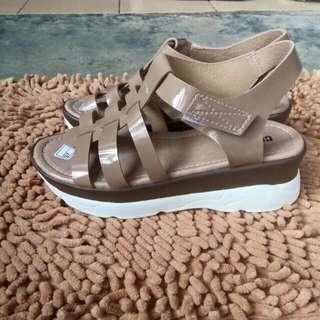 Sepatu sendal cokelat
