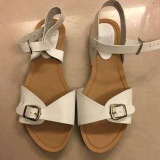 🚚 《降》全新 白色涼鞋 澳洲購入size 5 (免運費)