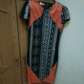 Dress bermotif