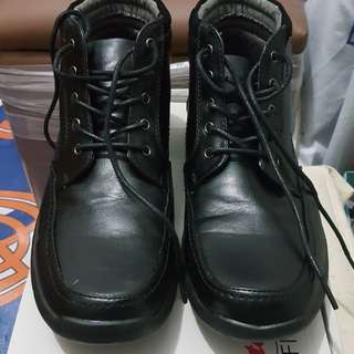 Sepatu boot kulit hitam