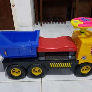 Ride on sand truck