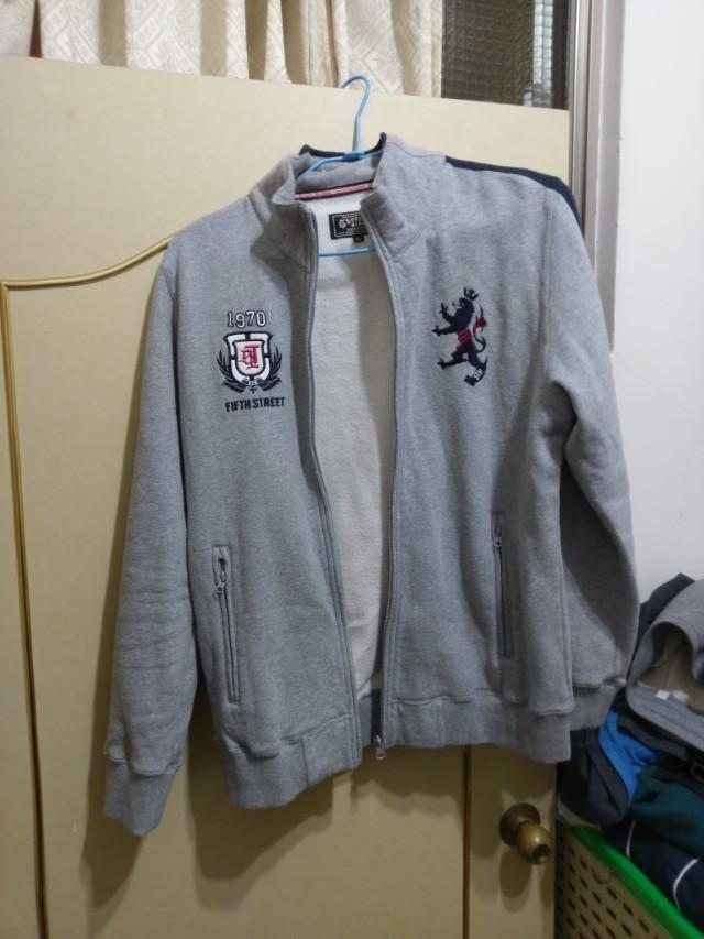 純棉外套很保暖,都放在衣櫃裡沒有穿,所以很新。