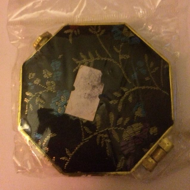 Silky patterned compact mirror