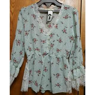 日系精品果綠小碎花玫瑰雪紡蕾絲袖上衣 搭腰封很好看喔