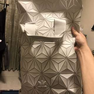 Adidas 三宅一生 白菱格背包 正品二手便宜出清