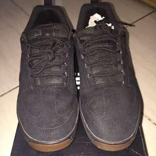 Sepatu DC Sneakers Pria