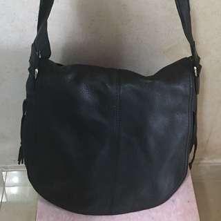 清衣櫃Agnes b 黑色牛皮製側背袋 斜背袋