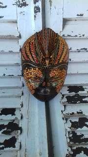 Topeng kayu motif batik