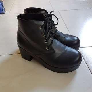 😊 Ladies Classic Black Boots