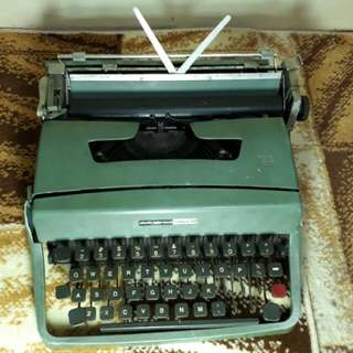 Vintage OLIVETTI UNDERWOOD LETTERA 32 ( Not in Good Condition)