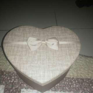 Kotak hadiah bentuk love