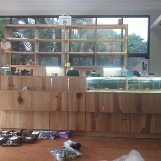 jual 2nd lemari etalase bekas vape store bahan kayu pinus