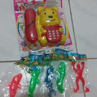 Mainan jadul anak-anak (telepon musik, karet lentur binatang dan orang-orangan)