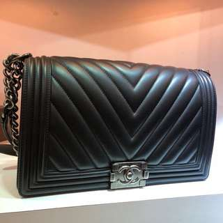 正品 98%新 Chanel 黑色V紋 小牛皮Boy 28cm 銀扣上膊袋