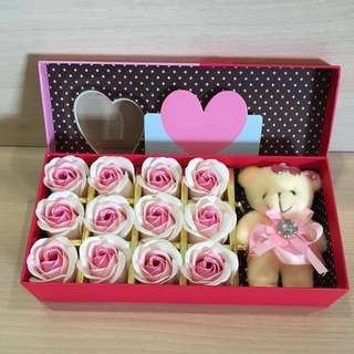 ❤️IDEAL GIFT FOR VALENTINE'S DAY/BIRTHDAY/ANNIVERSARY ❤️12 stalks of scented roses 🌹+ a cutie bear *FREE greeting card upon request* Do refer to photos (real actual photos taken!) 8 colours avail ✌🏻