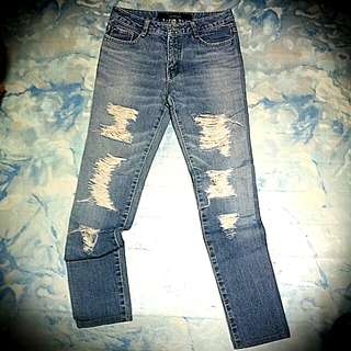 Maong ripped jeans