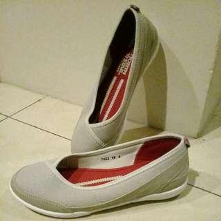 Sepatu trendy wanita