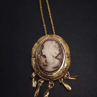 Cameo in gold settings