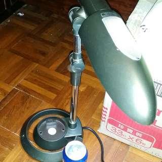 座枱燈,可以轉換方向,屯門交收。Table lamp, good condition, trade in Tuen Mun