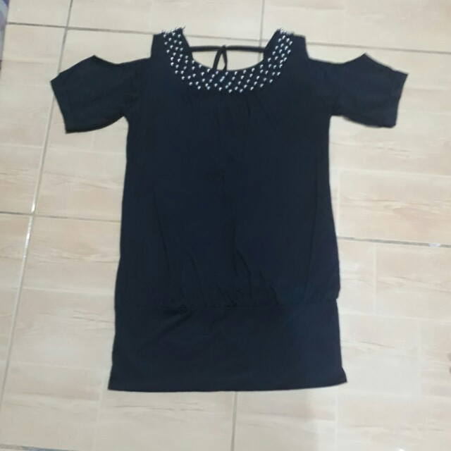 Cold shoulder studded blouse (black)